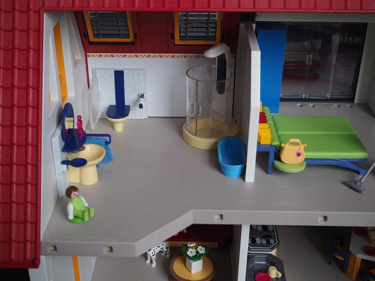 playmobil wohnhaus 4279 sehr gut erhalten mit ovp umfangreiche einrichtung ebay. Black Bedroom Furniture Sets. Home Design Ideas